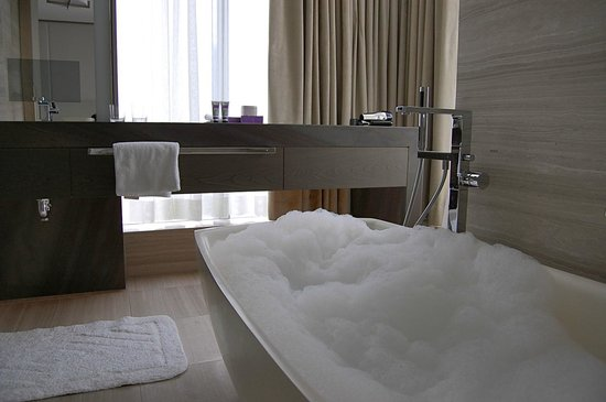 Four Seasons Hotel Toronto: The soaker tub was heavenly!
