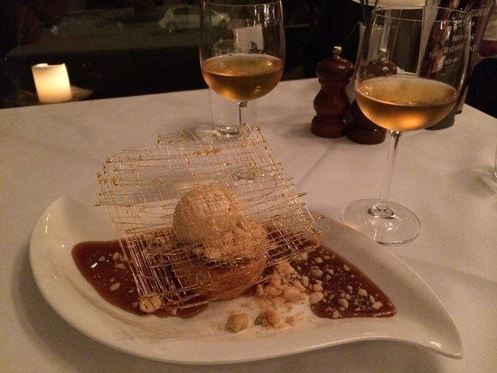 Friends Restaurant: Amazing vanilla cheesecake with macadamia an salted caramel sauce! Heaven on a plate