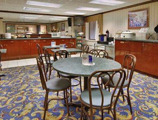 Baymont Inn & Suites Kalamazoo: Breakfast Area