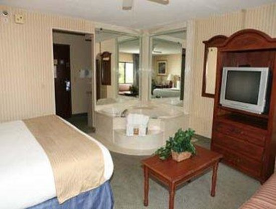 Baymont Inn & Suites Kalamazoo: Jacuzzi Suite