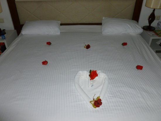 Baia Lara Hotel : Bedroom after maid service