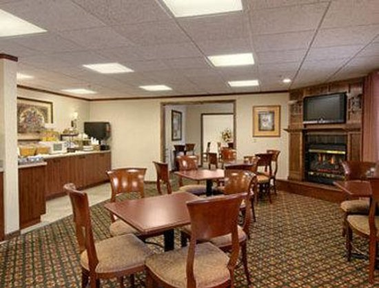 Baymont Inn & Suites Traverse City: Breakfast Area
