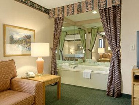 Baymont Inn & Suites Traverse City: Jacuzzi Suite