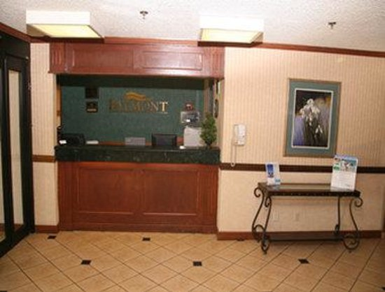 Baymont Inn & Suites Detroit/roseville: Front Desk