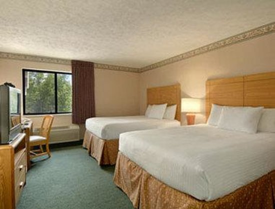 Baymont Inn & Suites Traverse City: Standard Two Queen Bed Room