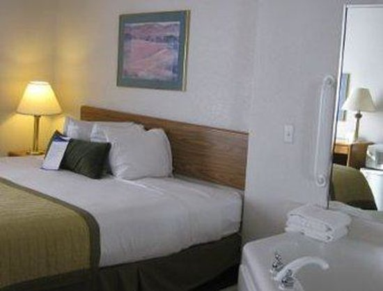 Baymont Inn & Suites Janesville : One King Jacuzzi Suite