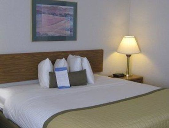 Baymont Inn & Suites Janesville: Standard King Bed Room