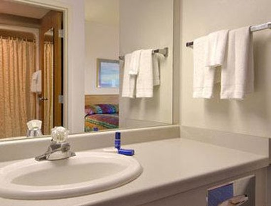Baymont Inn & Suites Janesville: Bathroom