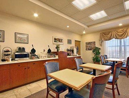 Baymont Inn & Suites Plymouth : Breakfast Area