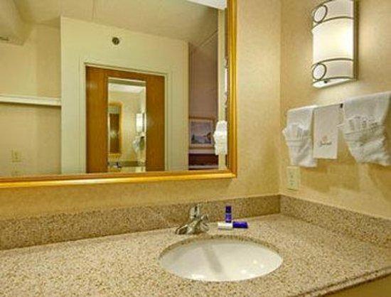 Baymont Inn & Suites Plymouth : Bathroom