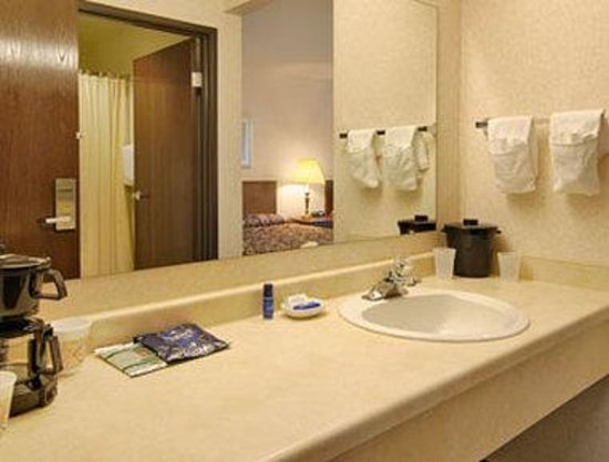 Baymont Inn & Suites Grand Rapids N/Walker: Bathroom