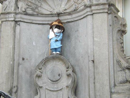Manneken Pis : Да, да - это писающий мальчик. Не верите? Проверьте сами.