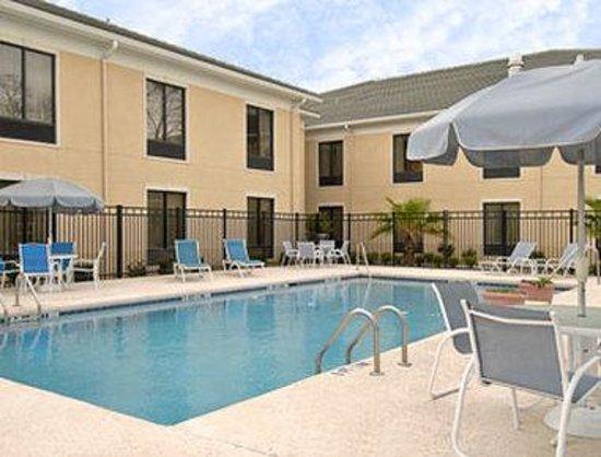 Baymont Inn & Suites Savannah/Garden City: Pool