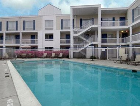 Baymont Inn & Suites Wilmington : Pool
