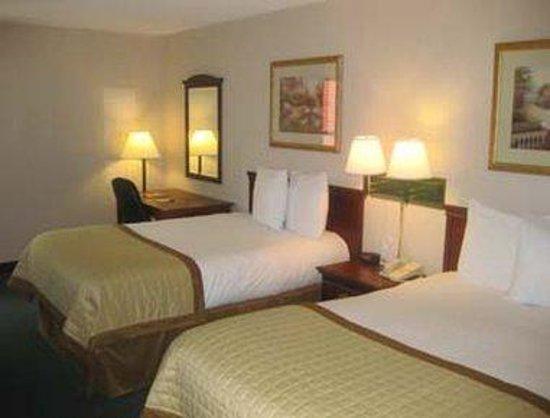 Baymont Inn & Suites Bloomington: Guest Room