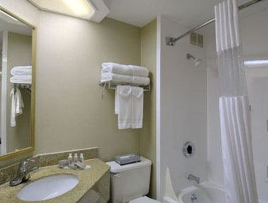 Baymont Inn & Suites Bloomington: Bathroom