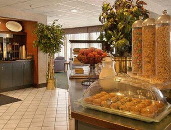 Baymont Inn & Suites Cincinnati : Breakfast Area