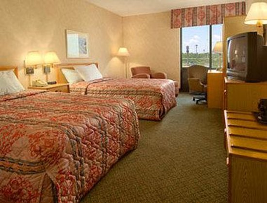 Baymont Inn & Suites Cincinnati : Standard Two Double Bed Room