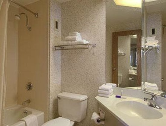Baymont Inn & Suites Cincinnati : Bathroom