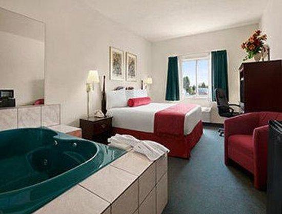 Days Inn Suites By Wyndham Romeoville Jacuzzi Suite