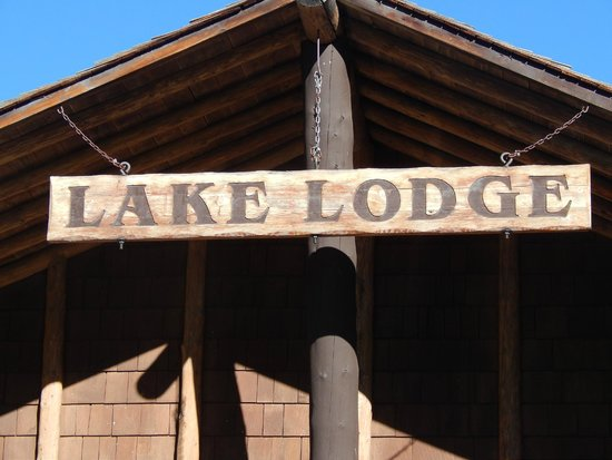Lake Lodge Cabins : Front Sign