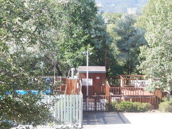 Salida Inn & Monarch Suites: pool and hot tub area
