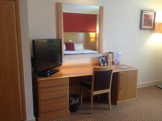 Village Hotel Cardiff: Dressing table