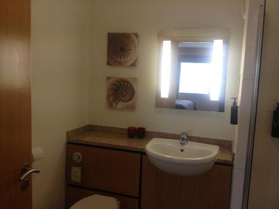 Village Hotel Cardiff: Bathroom