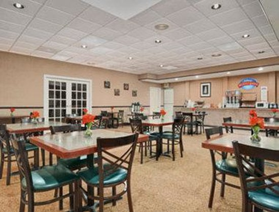 Baymont Inn & Suites Dalton : Breakfast Area