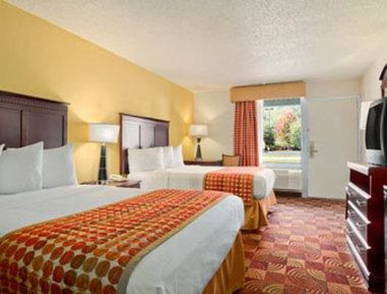 Baymont Inn & Suites Dalton: Standard Two Double Bed Room