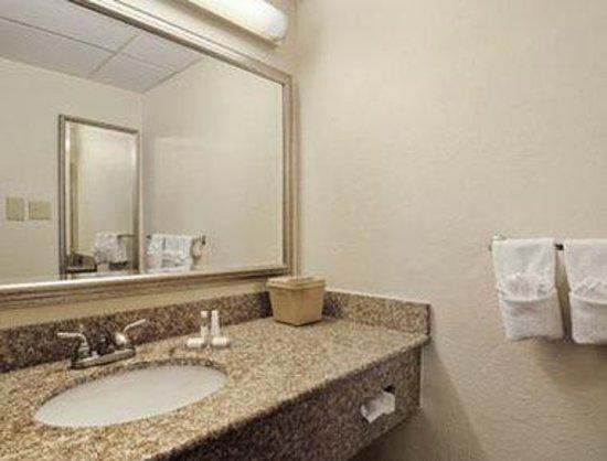 Baymont Inn & Suites Dalton : Bathroom