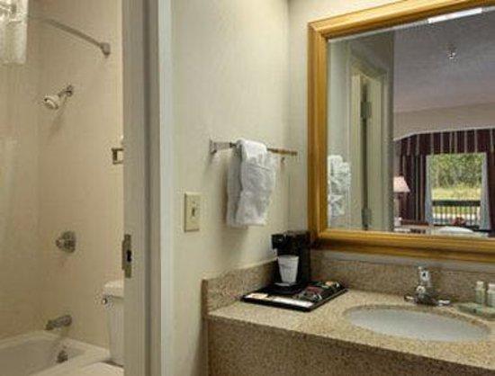 Baymont Inn & Suites Covington: Bathroom