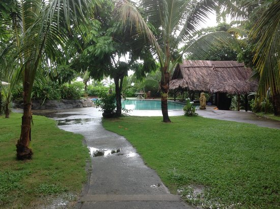 Popa Paradise Beach Resort: Pool and swim up bar