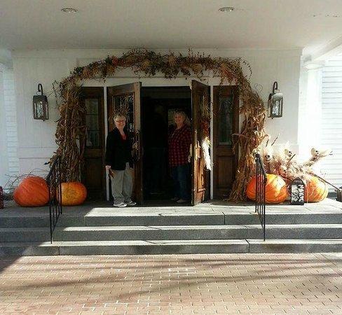 Harraseeket Inn: Shirley & Caroline arrive at the Harreseeket Inn Freeport Maine