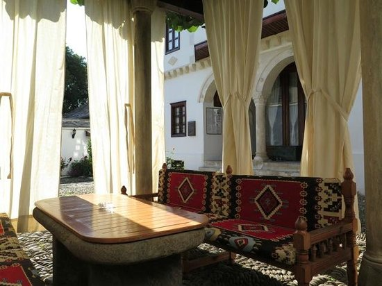 Bosnian National Monument Muslibegovic House Hotel: Zona relax nel cortile interno