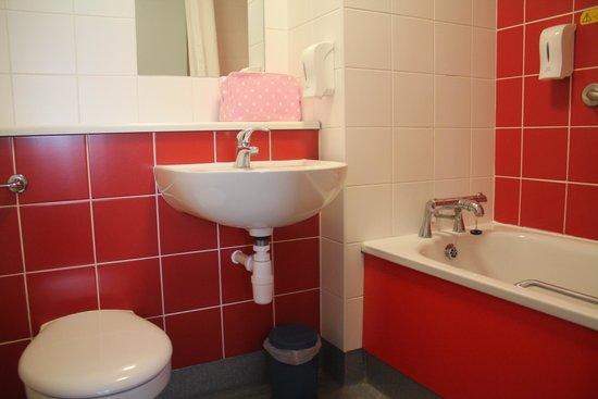 Travelodge Blackpool South Shore: spotless bathroom