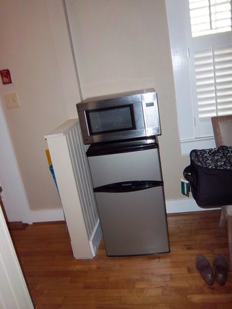 The New Public House & Hotel: Mini refrigerator and microwave in Suite