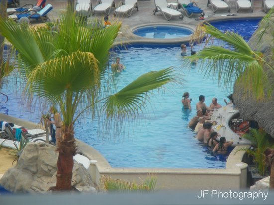 Sandos Finisterra Los Cabos: view of the swim-up bar from the room