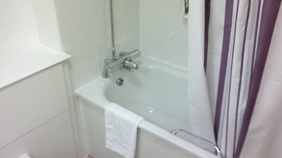 Premier Inn London Kensington (Earl's Court) Hotel : Room 117 bath