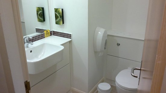 Premier Inn London Kensington (Earl's Court) Hotel : Room 117 washbasin