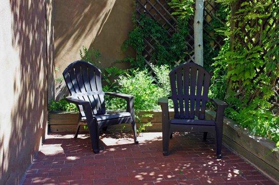Abiquiu Inn: Shady sitting area