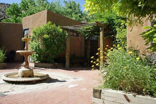 Abiquiu Inn: Lovely private courtyard