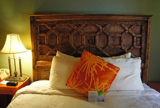 Abiquiu Inn: Comfy bed w/ luxury linens