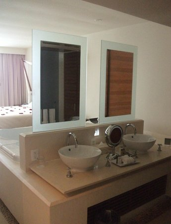 Sun Palace: Bathroom / Sink area