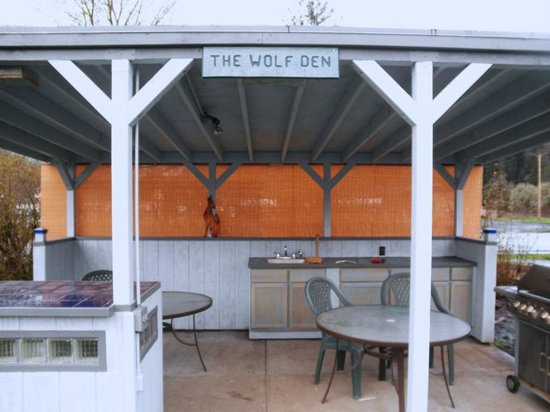 The Wolf Den outdoor kitchen - Picture of Bluewolf Motel, Oakridge ...