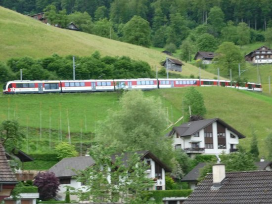 Hotel Krone Giswil: Interlaken/lucerne express from balcony