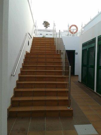 Gloria Izaro Club Hotel: escaleras a la piscina (MUCHO CUIDADO si están mojadas)