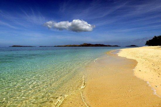 Navini Island Resort: South side beach looking towards Malolo Island.