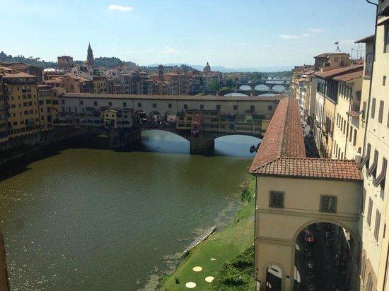 Galería de los Uffizi: Вид на торговый мост залов Галереи Уффици