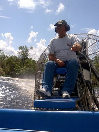 Capt Mitch's - Everglades Private Airboat Tours: Captain Stanford in volle actie